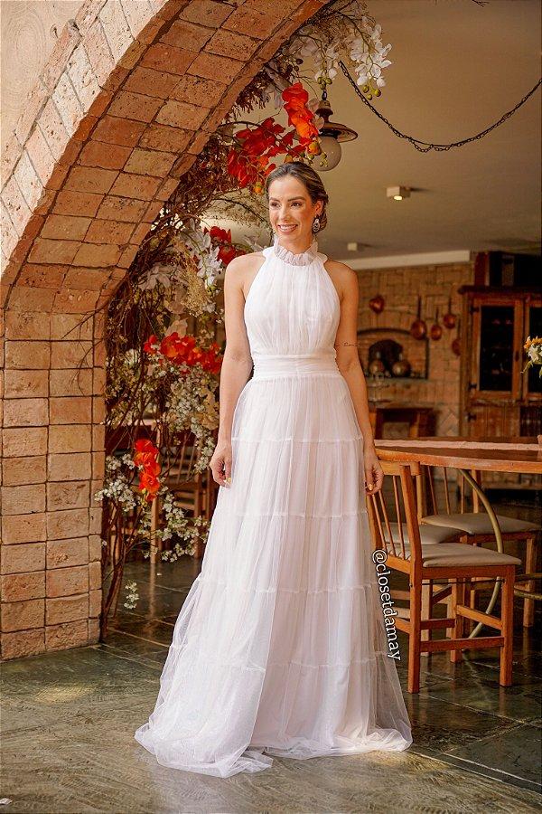 Vestido longo branco de noiva em tule com babados e gola alta, para casamento simples, campo e intimista
