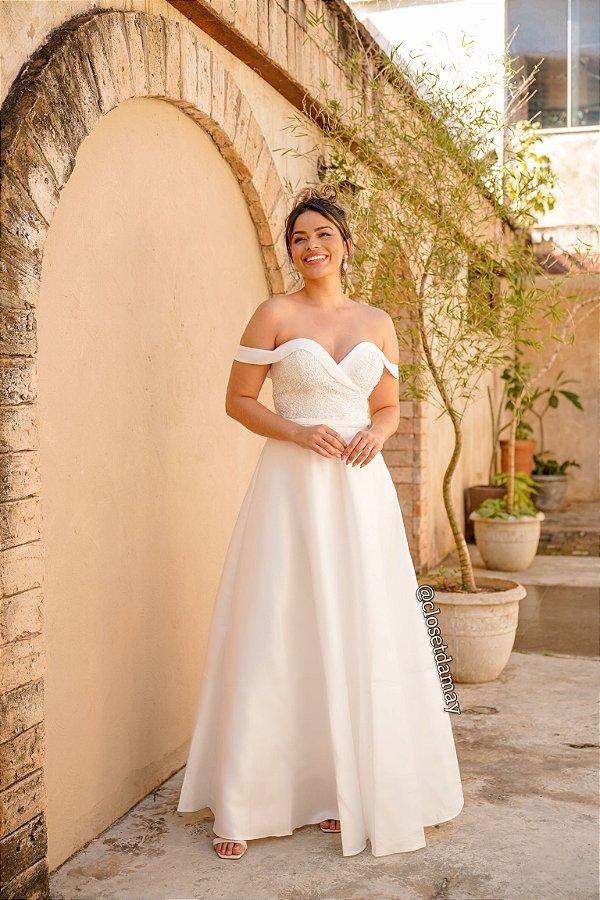 Vestido de noiva longo, com decote coração, bordados, saia evasê e manga ombro a ombro