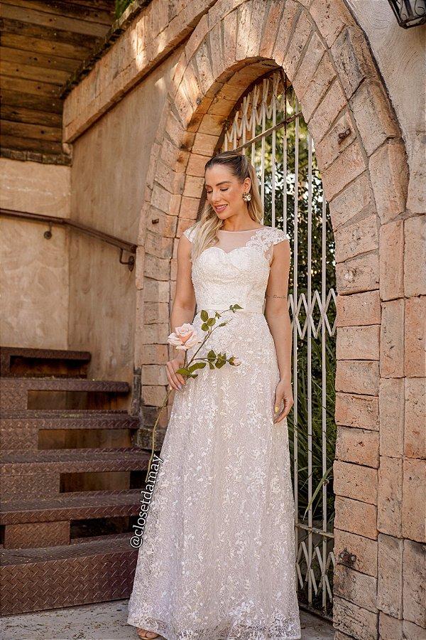 Vestido de noiva longo, com decote em tule e renda. Para casamento religioso.