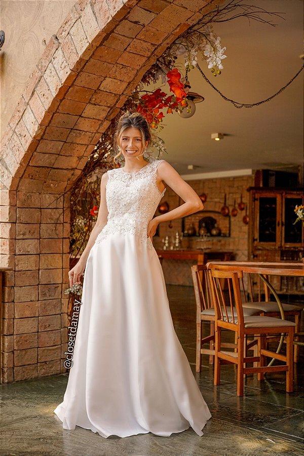 Vestido de noiva longo, em zibeline, com bordado e detalhes em tule