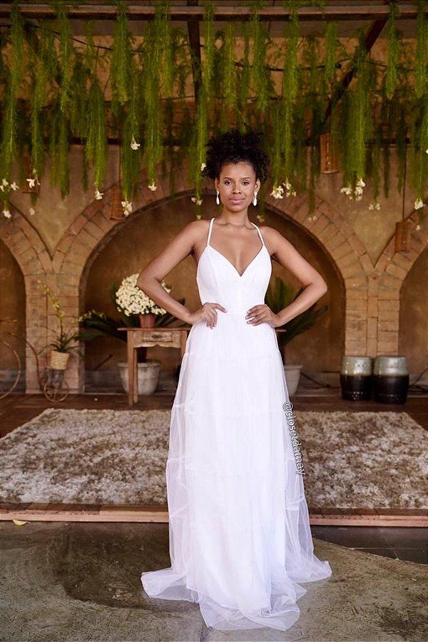 Vestido de noiva longo, em tule, com alças em macramê. Para casamento civil e intimista
