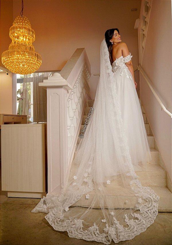 Véu Mantilha em tule, com leve brilho, renda e bordado de flores
