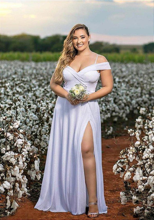 Vestido de noiva plus size com decote ombro a ombro e fenda