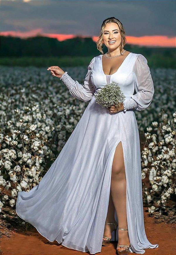 Vestido de noiva plus size, com manga longa, fenda e decote em tule