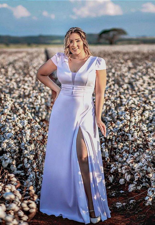 Vestido de noiva plus size, com detalhe na cintura, mangas e fenda