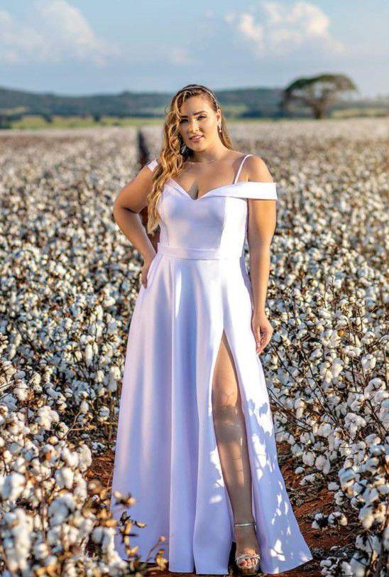 Vestido de noiva plus size, com decote ombro a ombro, fenda e marcação na cintura