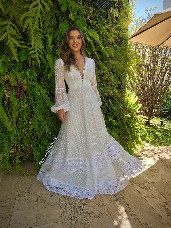 Vestido de noiva longo, em tule e renda, com manga longa e decote