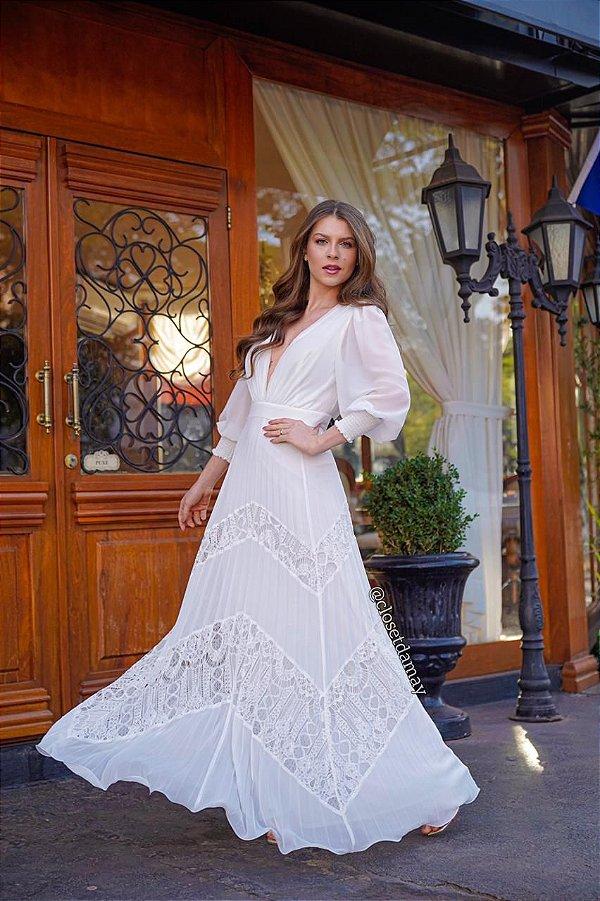 Vestido de noiva com manga longa e saia em camadas com renda chiffon