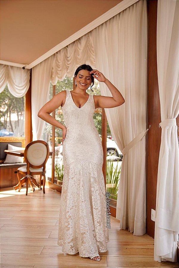 Vestido de noiva sereia, em tule bordado e decote nas costas