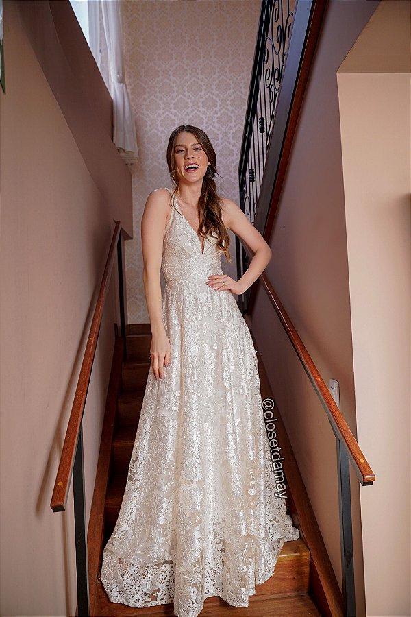 Vestido de noiva longo, em tule bordado e saia evasê