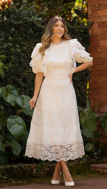 Vestido de noiva lady like, com mix de renda e tecido, mangas bufantes e babados