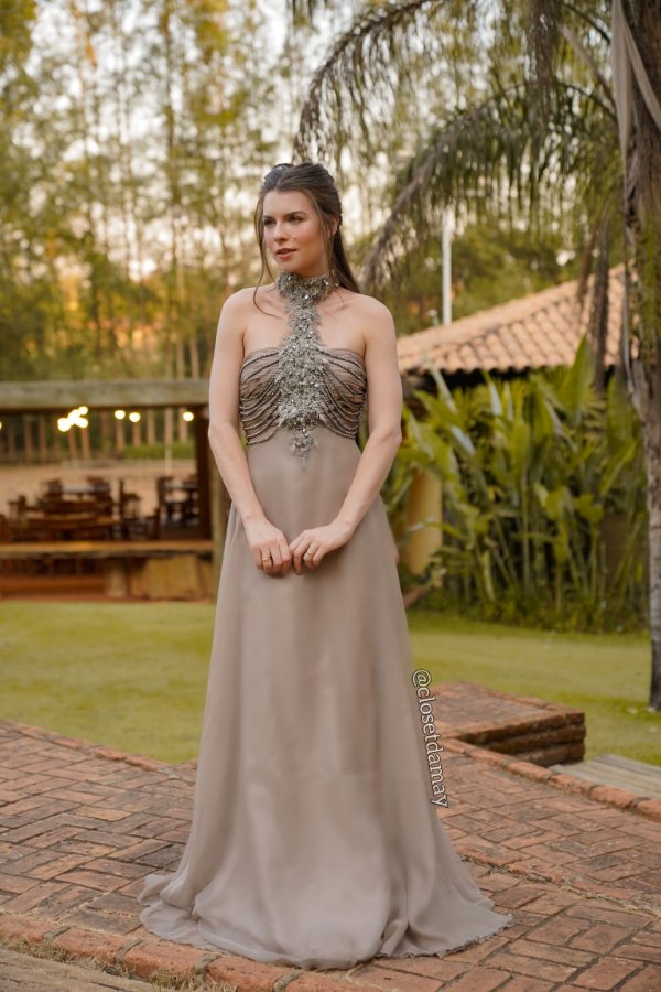 Vestido de festa longo, com bordado em pedrarias e gola alta