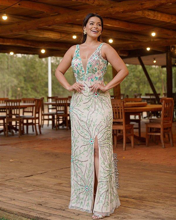 Vestido de festa longo, com bordado de pedrarias, decote V e alças largas