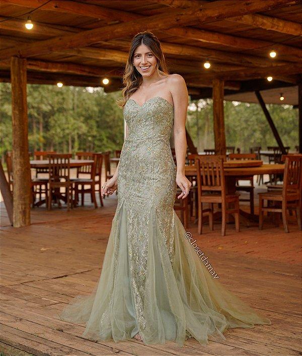 Vestido de festa longo, com modelagem sereia e bordado de pedrarias