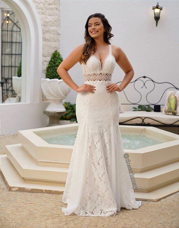 Vestido de noiva longo, com modelagem sereia, decote em tule, alças de renda