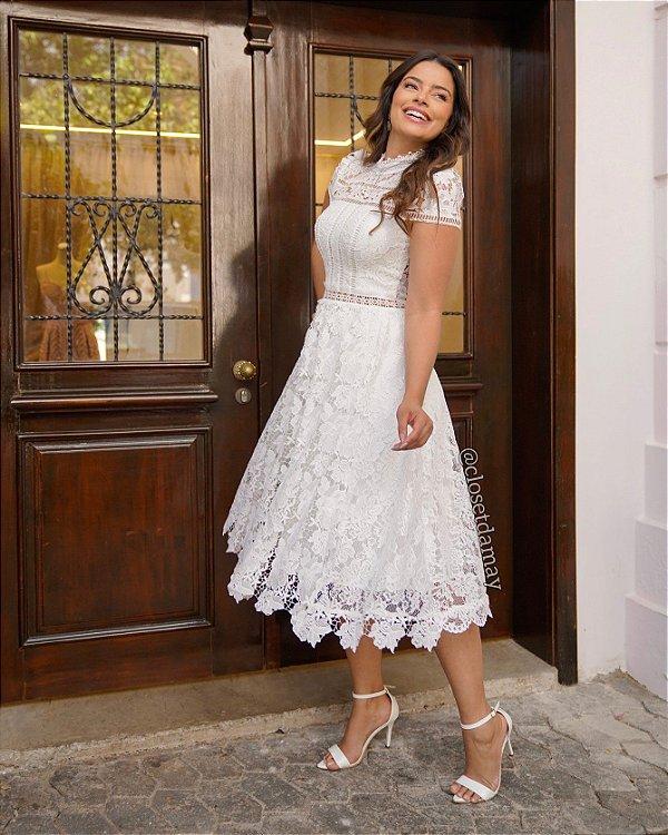 Vestido de noiva lady like, em renda guipir, gola alta e mangas