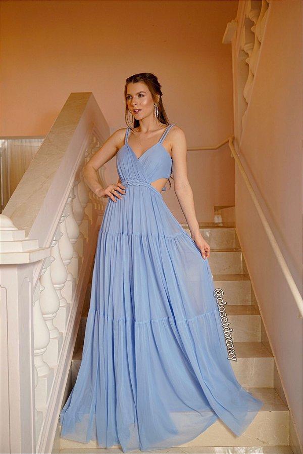 Vestido de festa longo, com recorte na cintura, cinto e alças de macramê