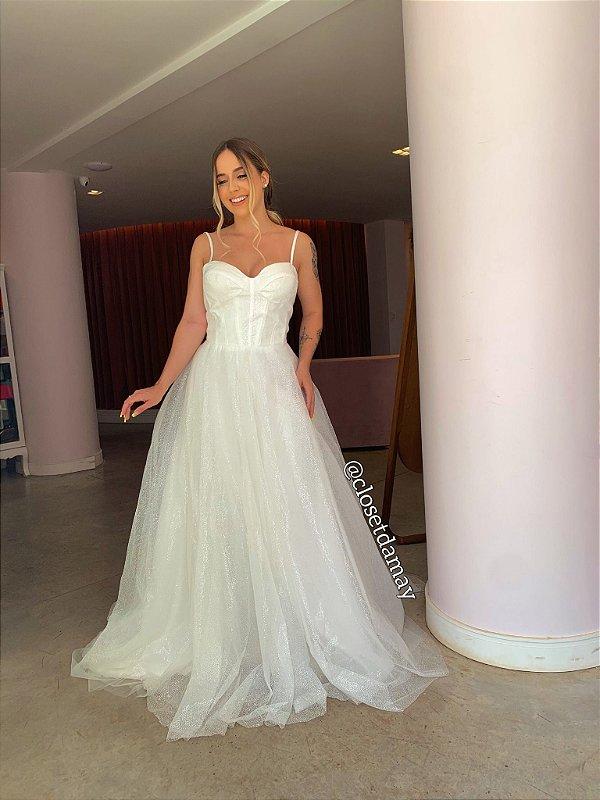 Vestido de noiva longo, em tule com brilho, busto estruturado e saia volumosa