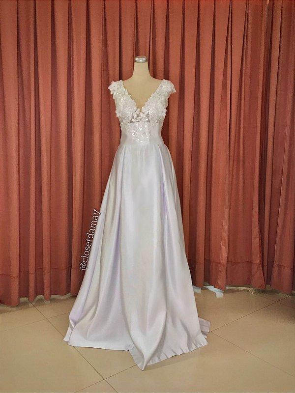 Vestido Bia de noiva longo, com busto  em tule bordado e saia em crepe com fenda