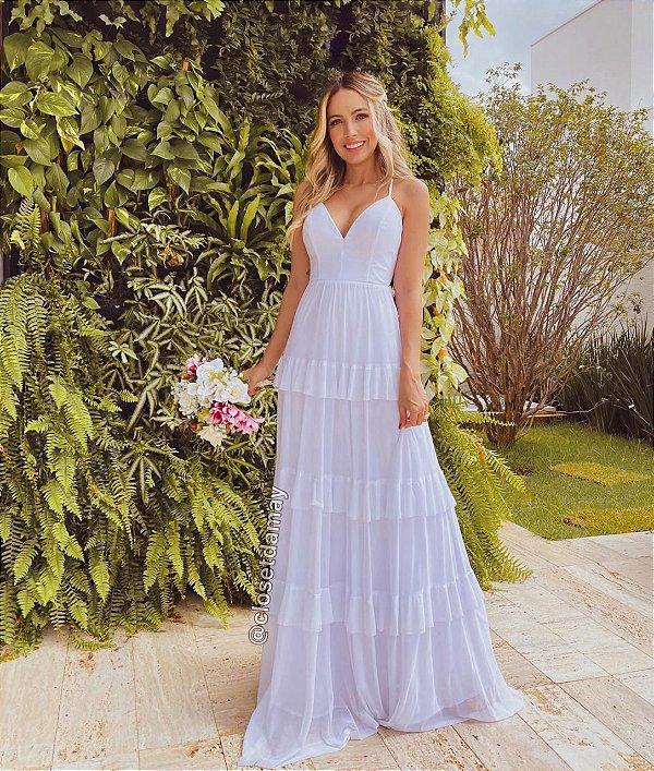 Vestido de noiva longo, em babados, alças finas, e decote em V. Para casamentos, e pré-wedding.