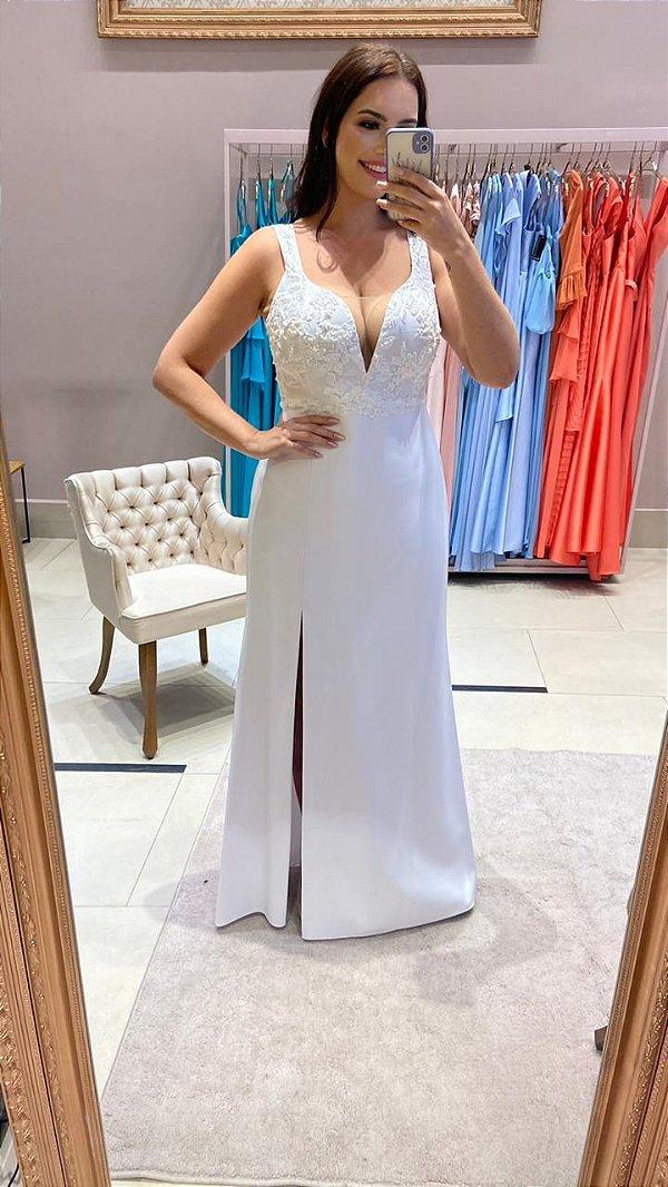 Vestido de noiva longo, com alças, decote em V em tule, detalhes no busto e fenda lateral