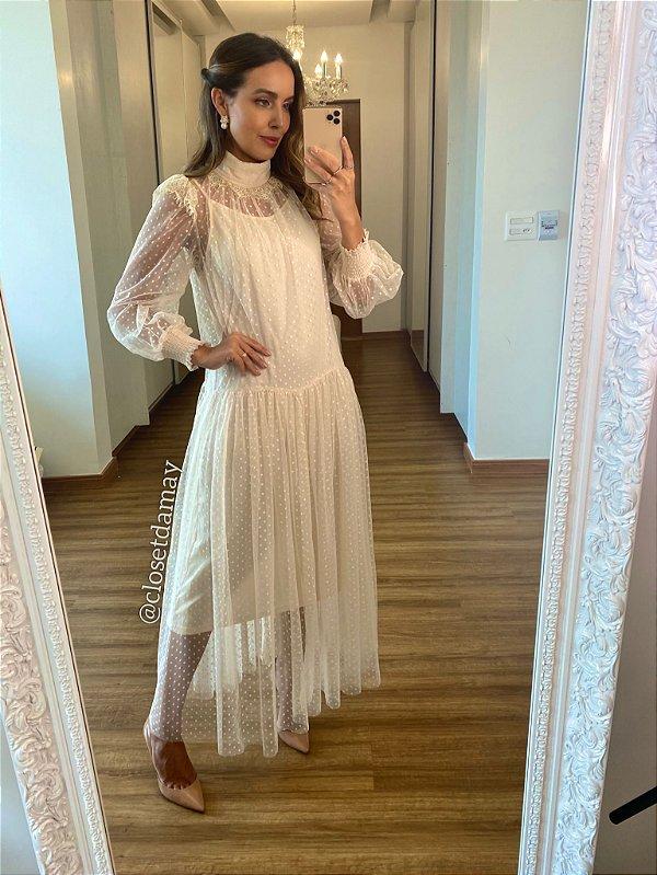 Vestido de noiva longo em tule de poá, gola alta, mangas longas e detalhes em renda