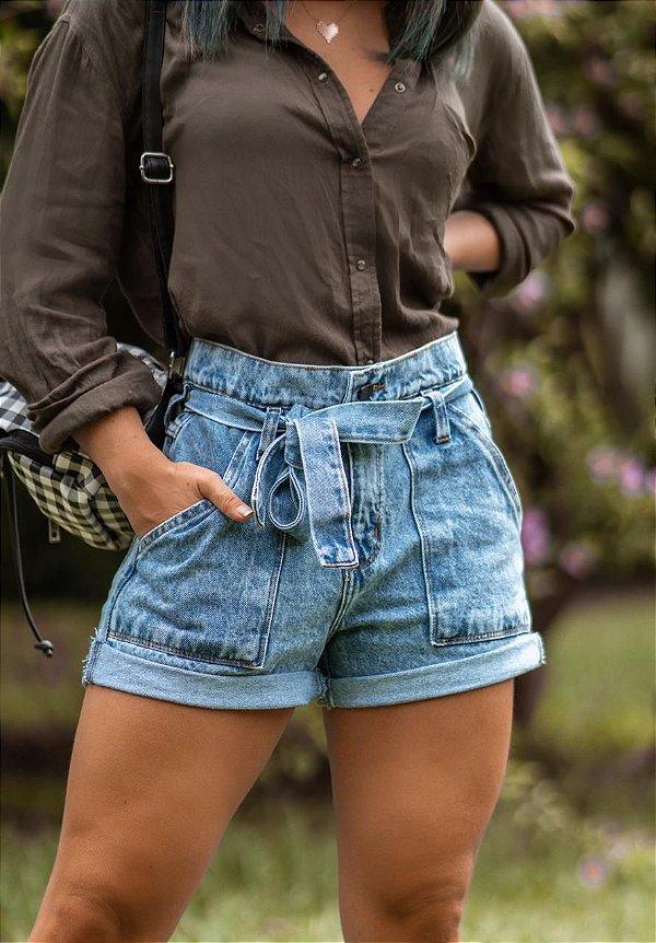 Short jeans Mom marmorizado com cinto