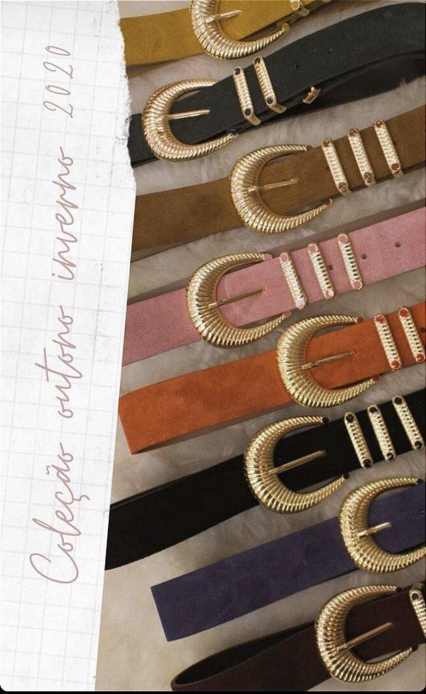 Cinto de couro com fivela e passadores dourados