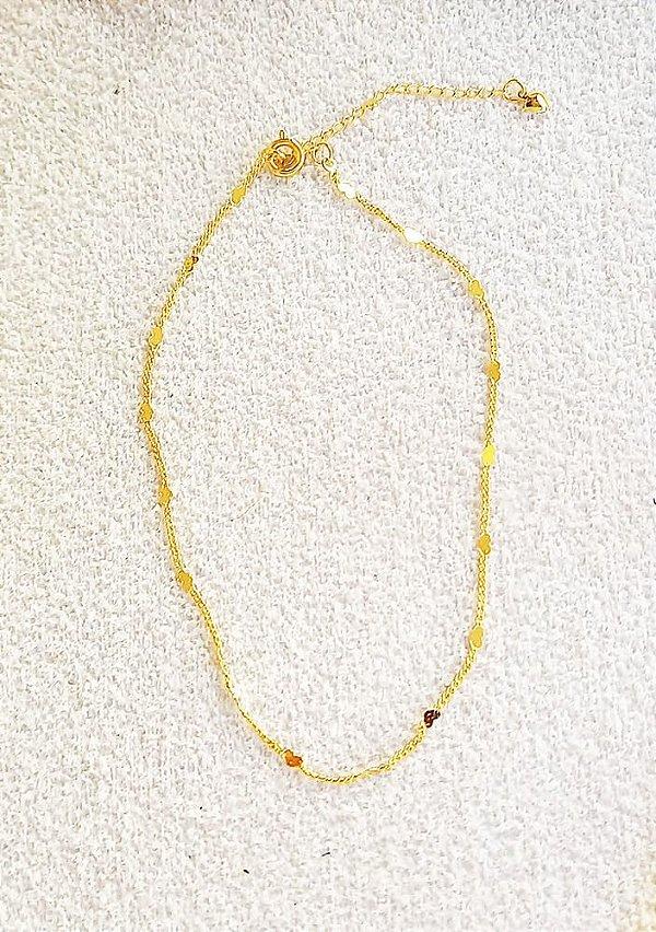 Tornozeleira com mini corações chapados banhada a ouro 18k
