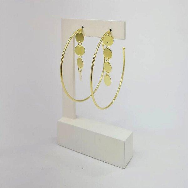 Brinco de argola com pingente de medalhinhas chapadas Marina banhado a ouro 18k