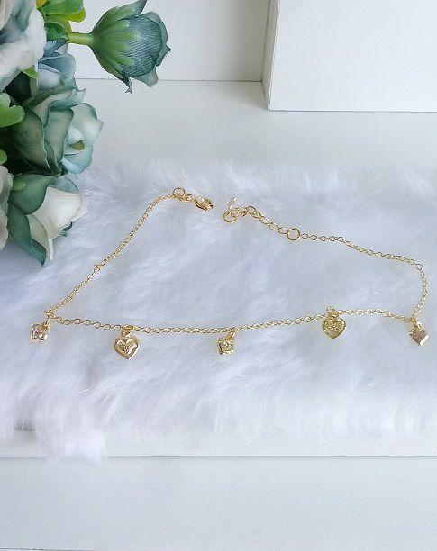 Tornozeleira com pingentes 3 corações, pontos de luz e 2 corações chapados  folheada em ouro 18k