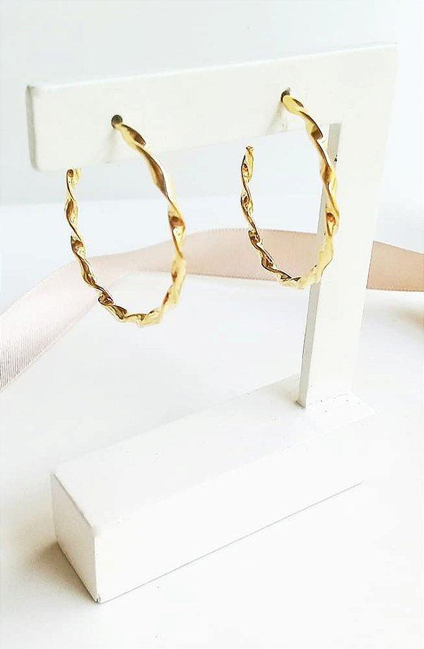 Brinco argola design torcido média banhada em ouro 18k