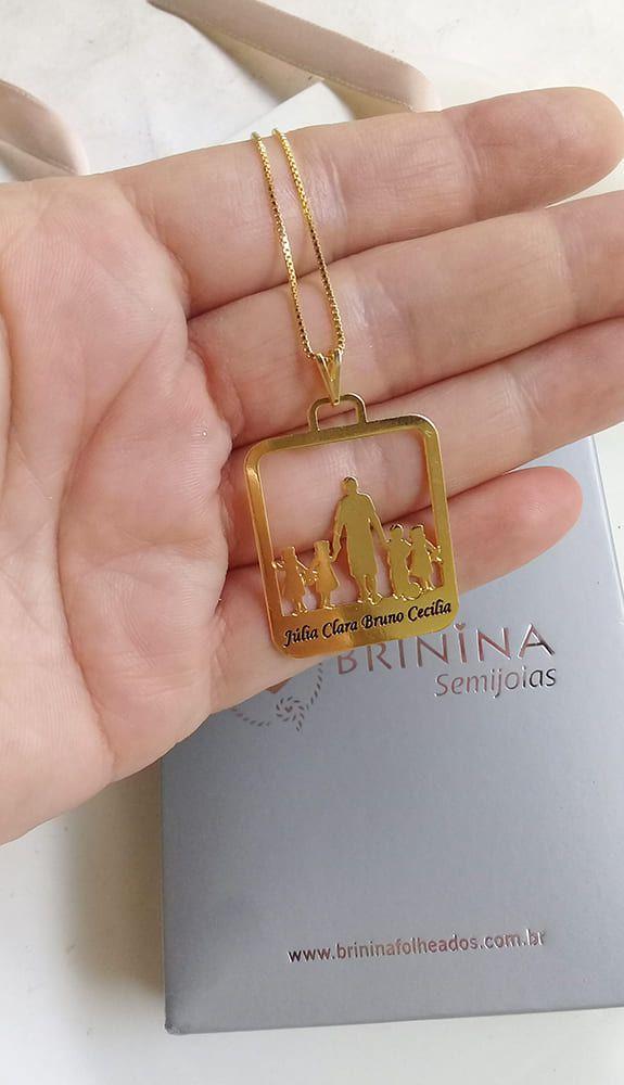 Colar placa desenho e nome família , pai ou mãe banhada em ouro 18k (pz entrega 45 dias úteis)