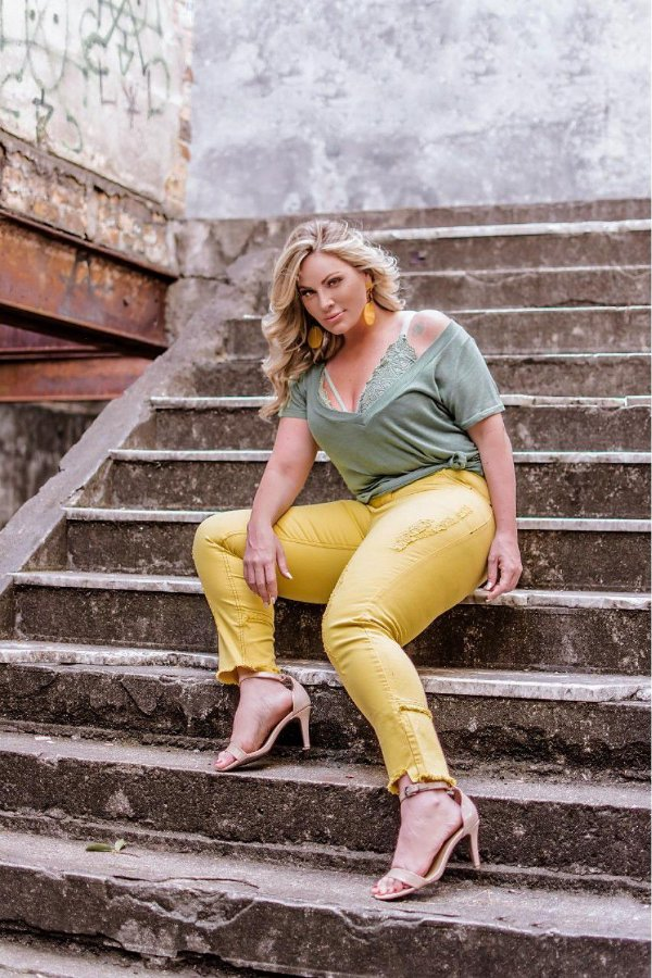 Calça Jeans Plus Size Destroyed Amarela