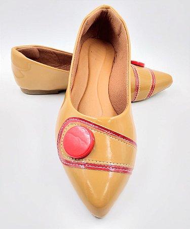 sapatilha - bico fino - areia - com botao vermelho
