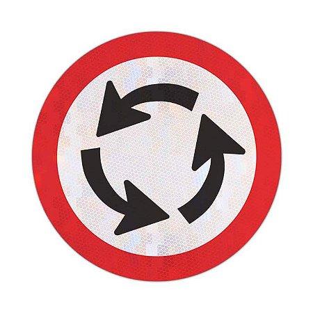 Placa sentido de circulação na rotatória R-33