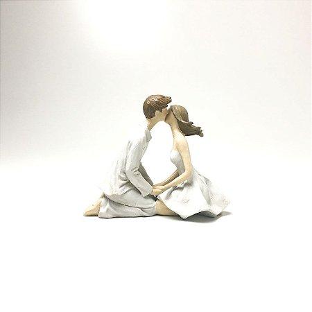 Escultura Casal Se Beijando em Resina - Bege