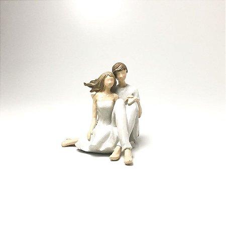 Casal Sentado em Resina - Bege