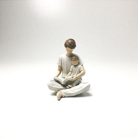Escultura Família - Pai e Filho Lendo em resina - Bege