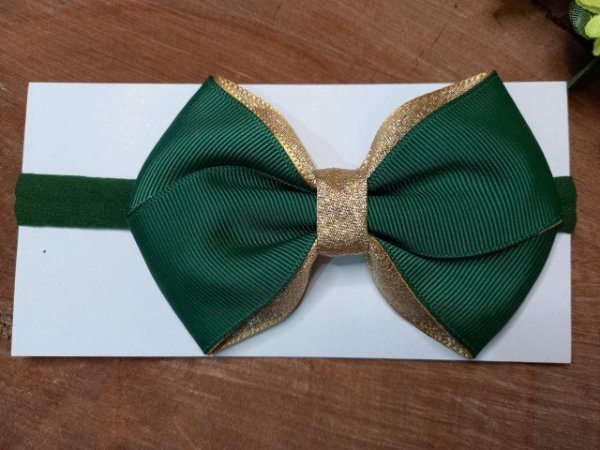 Laço cruzado verde com dourado