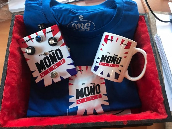 Kit Monovibe MG Music - Pedal + Camiseta + Caneca + Caixa Especial + Palhetas + Adesivo