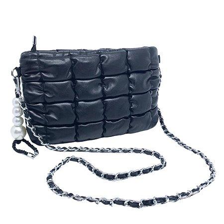 Bolsa em matelassê com alça revestida de metal e pingente de pérolas Manôa Black