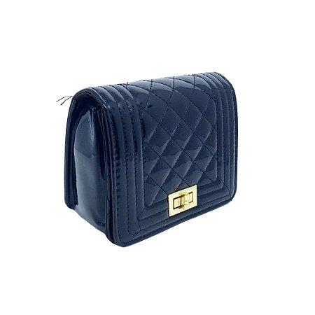 Bolsa tira colo em Matelassê e verniz com alça elos metal dourado Manôa Black