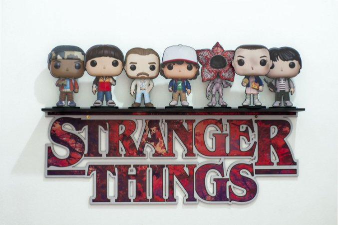 Kit prateleira + 5 bonecos mini totem stranger things