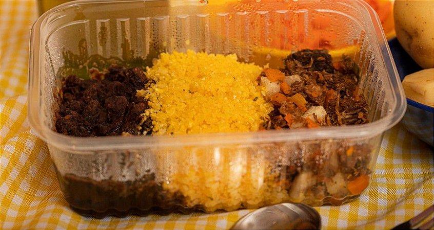 Cubinhos de carne de sol com legumes, feijão preto e farofinha de cuscuz - Cowboyzinho