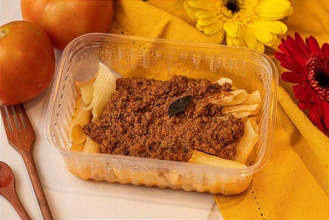 Penne de arroz com molho bolonhesa e manjericão - Italianinho