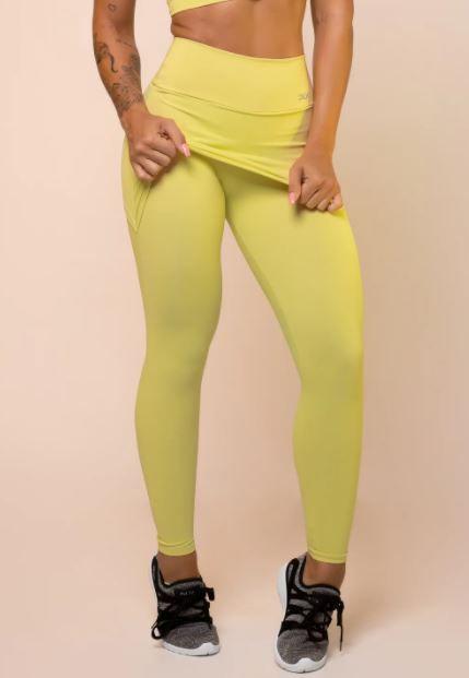 Calça legging amarela com tapa bumbum