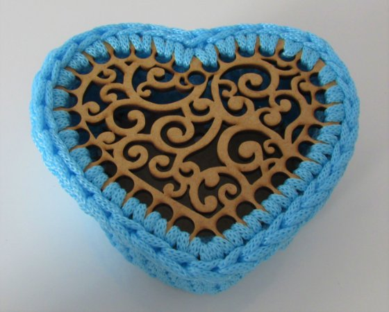 Porta treco de MDF com crochê coração azul