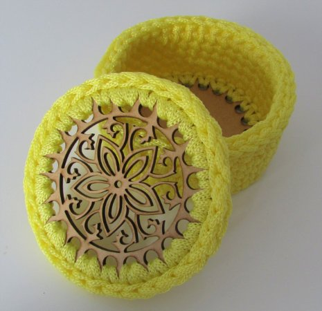 Porta treco de MDF com crochê redondo amarelo