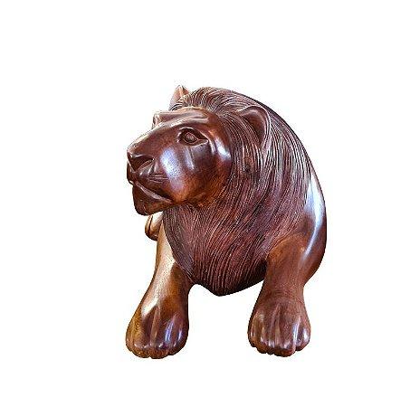 Escultura Leão Médio Deitado em Madeira Escura Entalhada